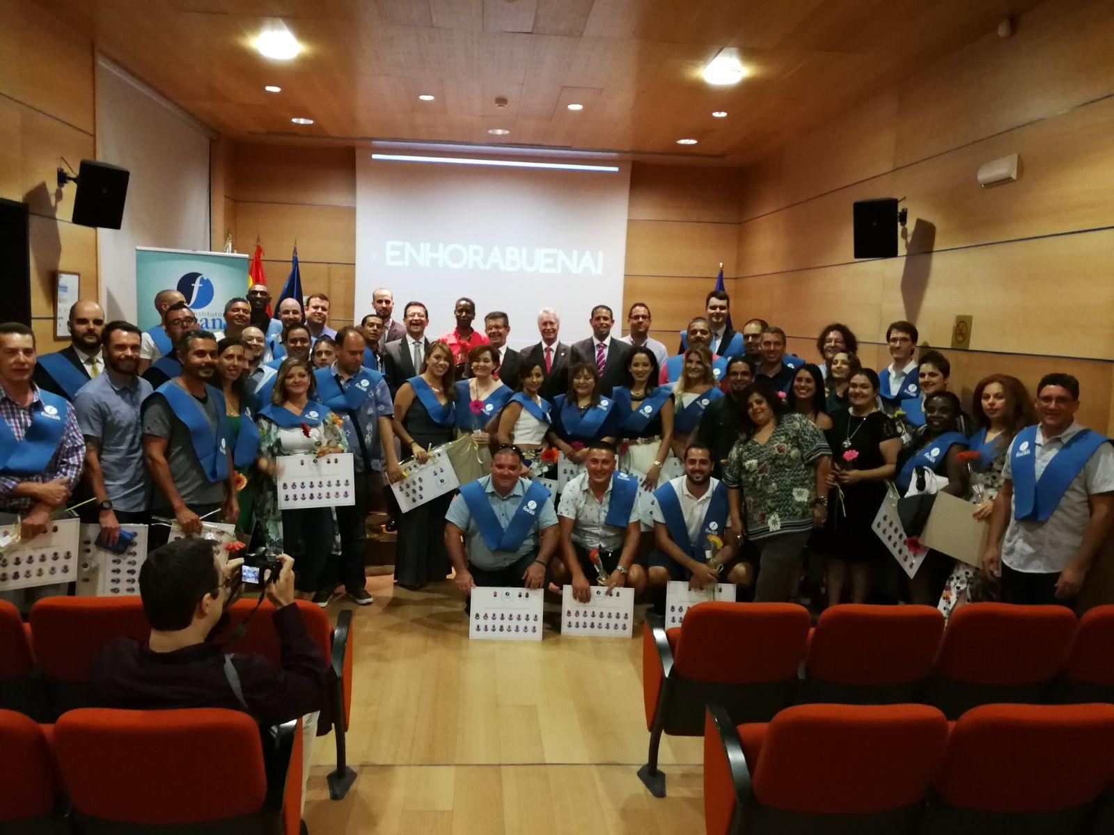 Foto de grupo de los asistentes a la entrega de orlas