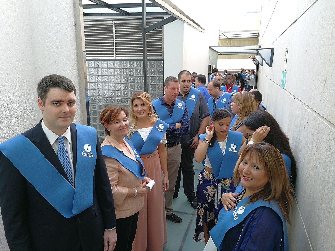 Momentos preliminares con parte de nuestros antiguos alumnos esperando para hacer la entrada