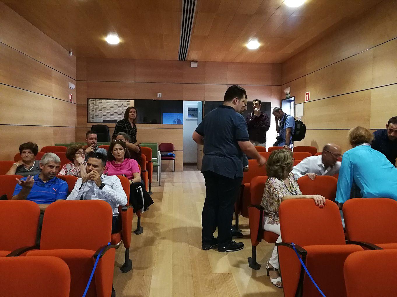 Los asistentes van entrando en la sala antes de que comience el acto
