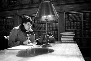 Chica joven estudiando en una biblioteca. Foto de Thomas Leuthard - Pixabay - CC
