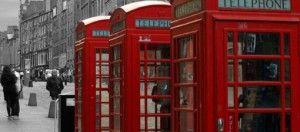 Tres Cabinas teléfonicas en calle londinense.Cursos Semipresenciales inglés A1 preparatorio para examen oficial de Cambridge