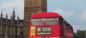 Autobús inglés y el Big Beng de fondo.Cursos Semipresenciales inglés B1 preparatorio para examen oficial de Cambridge