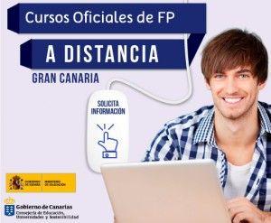 Chico sonriendo mirando el rótulo Cursos Oficiales de FP a distancia en Instituto Focan Gran Canaria