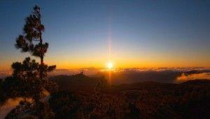 Puesta de sol desde el pico de Las Nieves con el Teide al fondo.El uso de las energías renovables pasa por reducir el peaje eléctrico en las islas