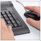 Primer plano de manos con un teclado y ratón fondo blanco