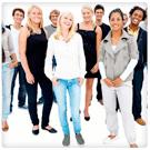 Grupo heterogéneo de personas sonriendo de pie en fondo blanco.Cursos oficiales de FP Instituto Focan