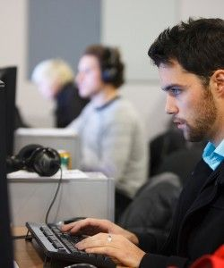 hombre joven trabajando en una oficina en el ordenador