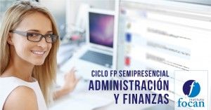Chica con gafas sonriendo a la cámara frente a su ordeandor. Ciclos de Formación Profesional semipresencial en Las Palmas de Administración y Finanzas