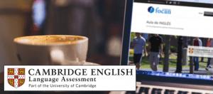 Portátil con un café al lado. En pantalla los cursos online de inglés preparatorios examen oficial de Cambridge School