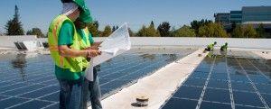 Técnicos en Energía Solar a pie de obra en un huerto solar en la azotea de un edificio