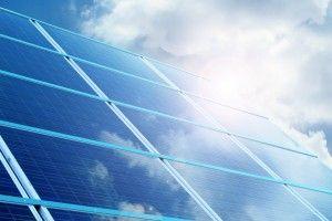 panel solar con nubes blancas reflejadas en él