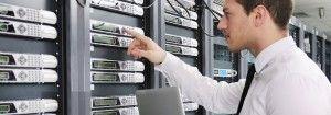 Chico en cuarto de servidores para curso online Servicios de Red e Internet en Instituto Focan